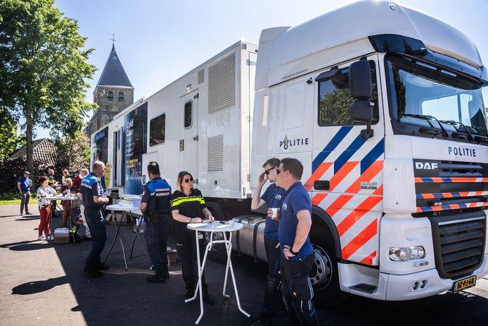 Politiemensen én burgers bij de truck in het centrum van Rheden.