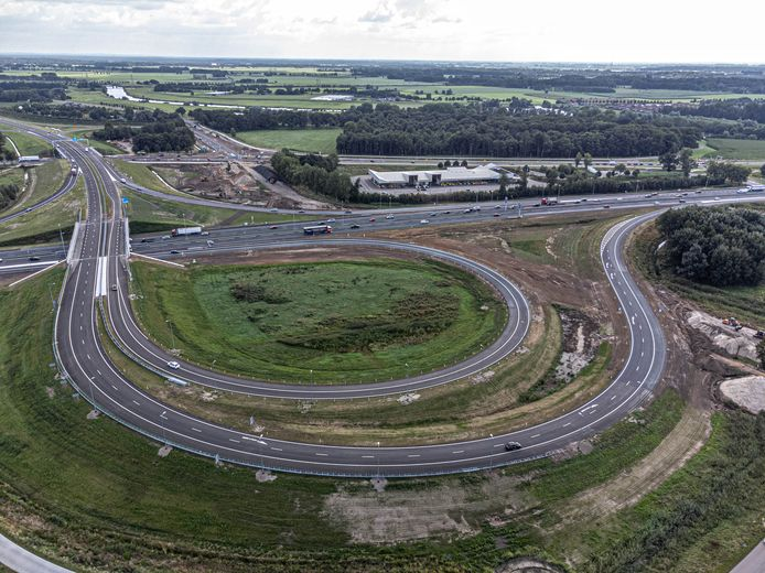 De aansluiting van de A28 bij Zwolle met de nieuwe N340 die naar Dalfsen, Oudleusen en Ommen leidt. Doordat Google deze route nu als meest logische aangeeft, worden automobilist die daar blind op varen niet langer het bos ingestuurd.