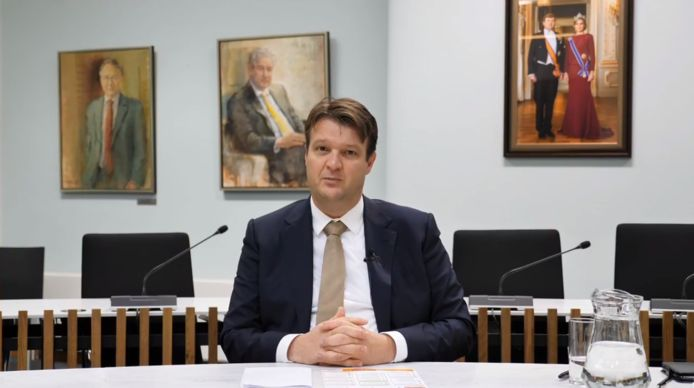 Burgemeester Han van Midden kondigt opnieuw strenge maatregelen aan een einde te maken aan de ongeregeldheden in zijn stad.