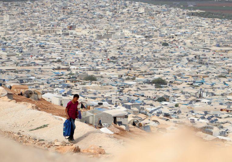 Dit kamp bij de Syrisch-Turkse grens is nog lang geen stad die de vluchtelingen middelen van bestaan kan bieden. Beeld AFP
