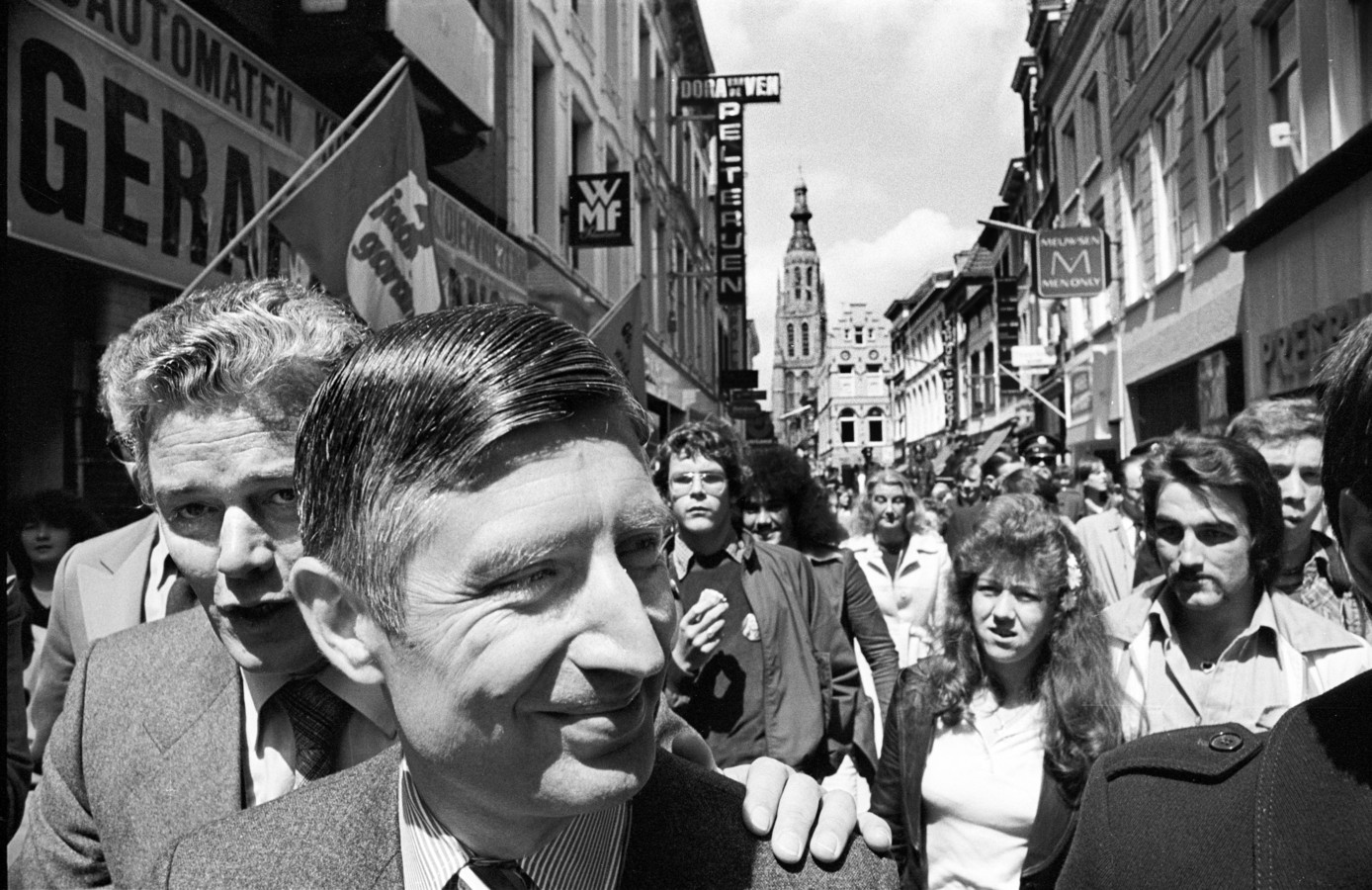De Bredase CDA-coryfee Hans van Dun (links) kijkt in de Eindstraat als een 'wethouder Hekking' mee over de schouder van premier Dries van Agt tijdens diens verkiezingsbezoek aan Breda.