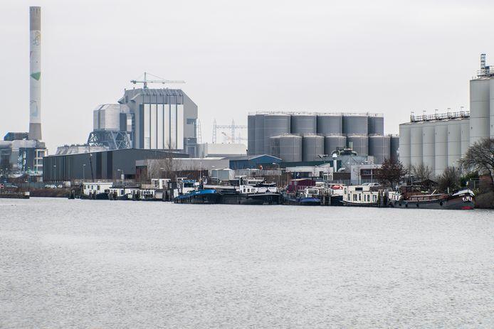 De woonboten aan de Oostkanaaldijk, met op de achtergrond zware industrie.