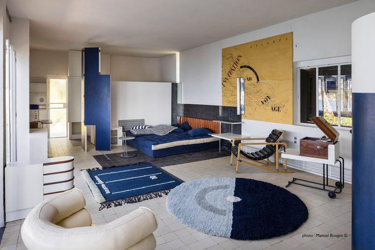 Vintage meubilair in woon- en badkamer. 'Je stapt hier 1929 binnen.'  Beeld Manuel Bougot