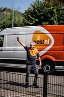 Postbezorger Ruud zwaait zijn klanten uit na het hartverwarmende afscheid in Oosterbeek.