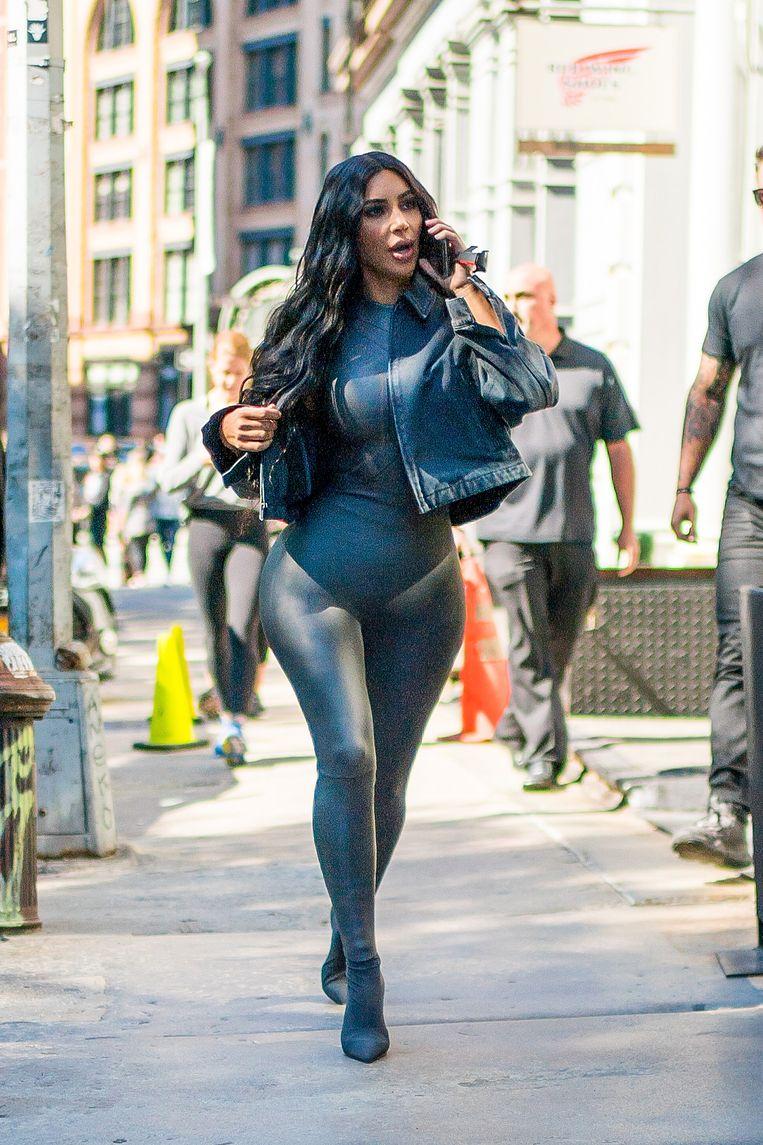 Eind september verscheen Kim Kardashian in een rubberen wetsuit waarin ze uit kuieren ging in de New Yorkse wijk Tribeca. Beeld null