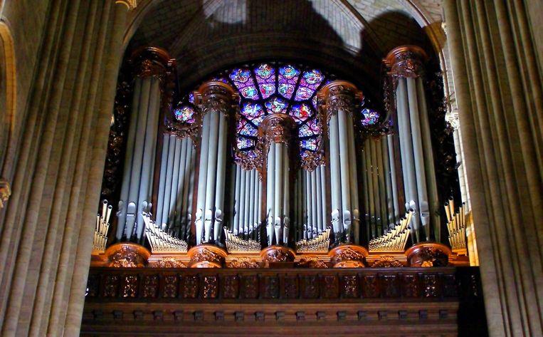 Het grote orgel van de Notre-Dame zou volgens de eerste berichten ongeschonden uit de brand zijn gekomen.  Beeld RV