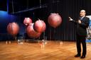 Een voorstelling van kunstmatige baarmoeders met uitleg van prof Guid Oei van de TU/e.