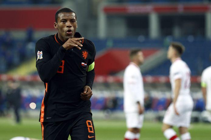 Georginio Wijnaldum kopt Oranje vlak voor tijd naar een 1-2-overwinning.