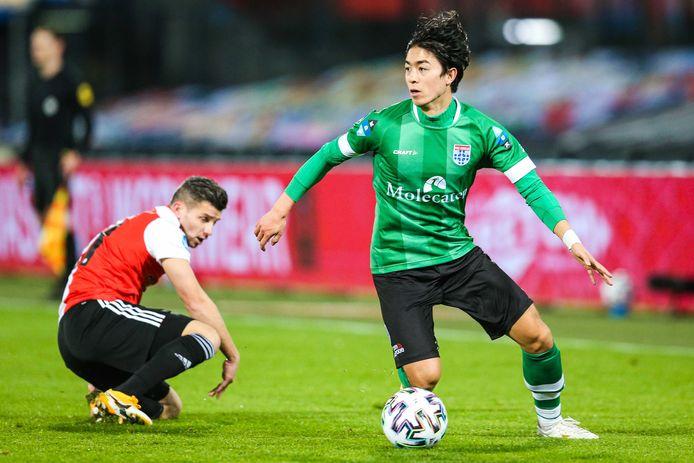 Sai van Wermeskerken (rechts) zet Feyenoord-aanvaller Bryan Linssen op het verkeerde been.