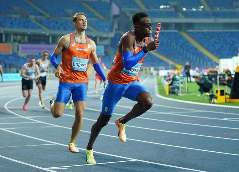 Liemarvin Bonevacia heeft als tweede loper op de 4x400 meter het stokje overgenomen van Jochem Dobber. Beeld REUTERS