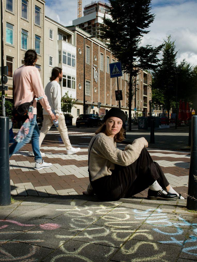 Naomi Landman (20) schrijft voorbeelden van straatintimidatie met stoepkrijt en verspreidt ze op Instagram. Beeld Eva Roefs