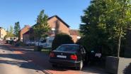 Leerlingen zien hoe gestolen auto crasht tegen  wagen van moeder voor schoolpoort: één kind gewond