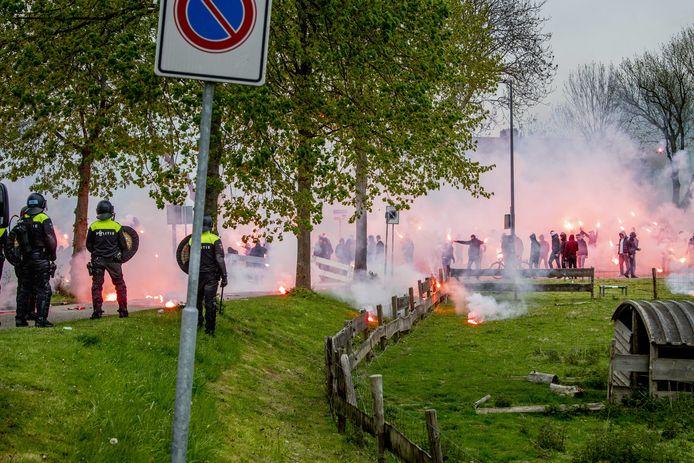 De politie wilde geen vuurwerk bij het aanmoedigen van de selectie van Feyenoord bij de training voor de klassieker. Dit leidde tot confrontaties.
