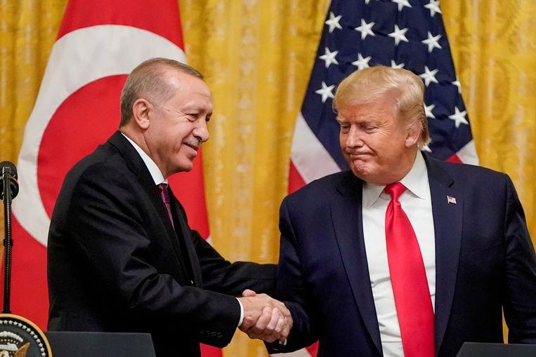 Een ferme handdruk van de Turkse president Erdogan voor zijn collega Trump, in 2019. De man in het Witte Huis en de man in het Witte Paleis (Erdogans onderkomen met duizend kamers in Ankara) konden het uitstekend met elkaar vinden. Beeld Reuters