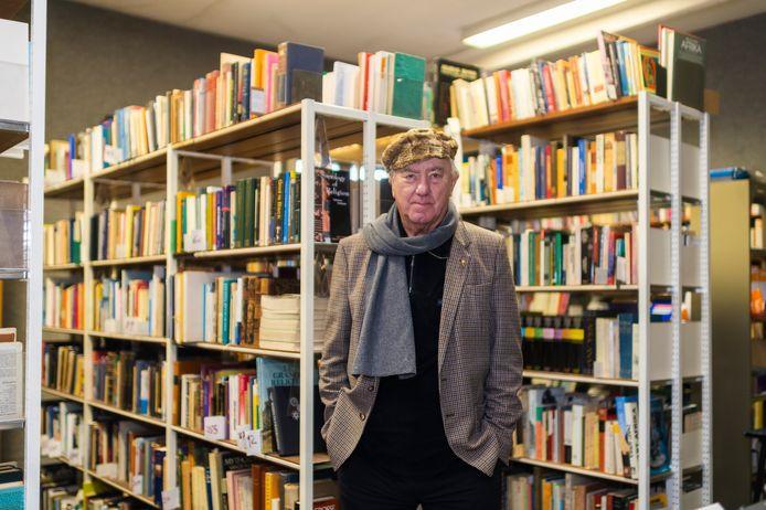 Rector Chris Vonck in een van de kamers waar de zeer waardevolle bibliotheek van de Faculteit voor Vergelijkende Godsdienstwetenschappen een plak kreeg.