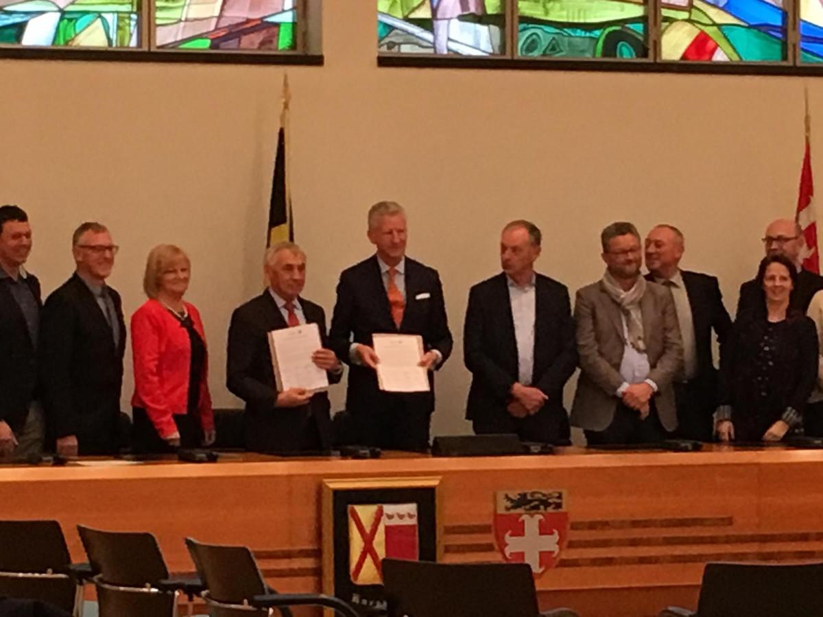 Burgemeesters Pieter De Crem en Erné De Blaere bij de voorstelling van de engagementsverklaring.