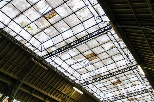 Het schitterende glazen dak is al jarenlang zo lek als een zeef, en dringend aan een grondige renovatie toe.