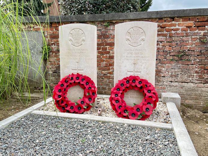De kransen aan de graven op het kerkhof bij de Sint-Willibrorduskerk