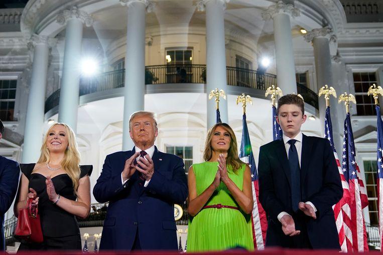 Van links naar rechts: Tiffany Trump, president Donald Trump, first lady Melania Trump en Barron Trump bij het Witte Huis, op de vierde en laatste dag van de Republikeinse Conventie. Beeld AP