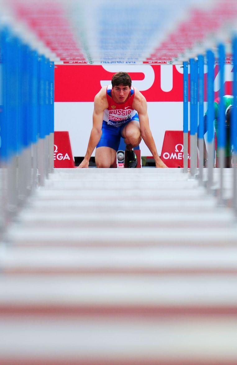 Hordeloper Sergej Sjoebenkov zet zich schrap voor de start van een race. Beeld GETTY