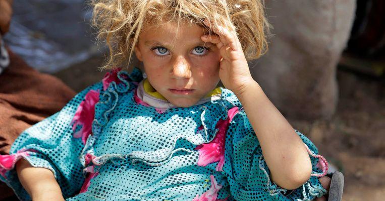 Een Yezidi-meisje op de vlucht voor IS-strijders, in augustus vorig jaar. Beeld REUTERS