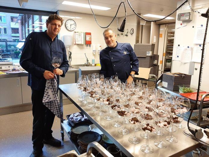 Bart Derks (rechts) en Arjen Cobelens leggen de laatste hand aan het dessert.