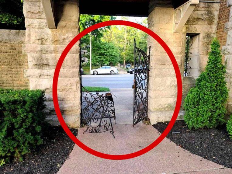 La porte du domaine privée est fortement endommagée