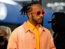 Lewis Hamilton in het oranje bij wandeling over circuit in Zandvoort
