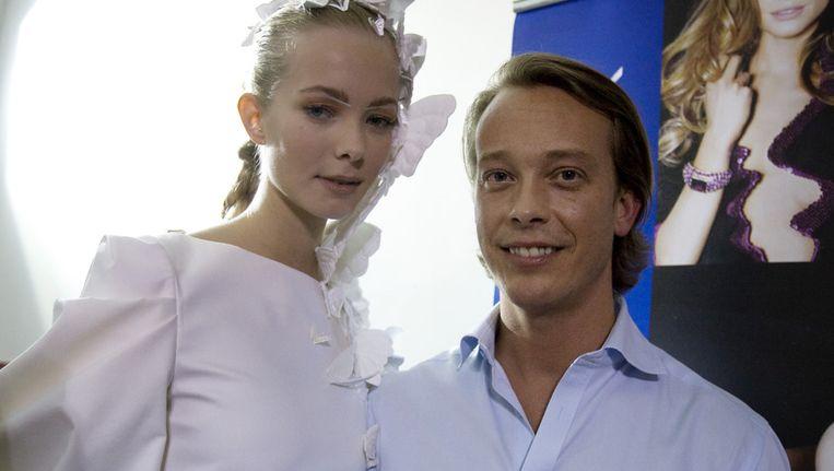 Claes Iversen (rechts) met een van zijn modellen. Beeld ANP