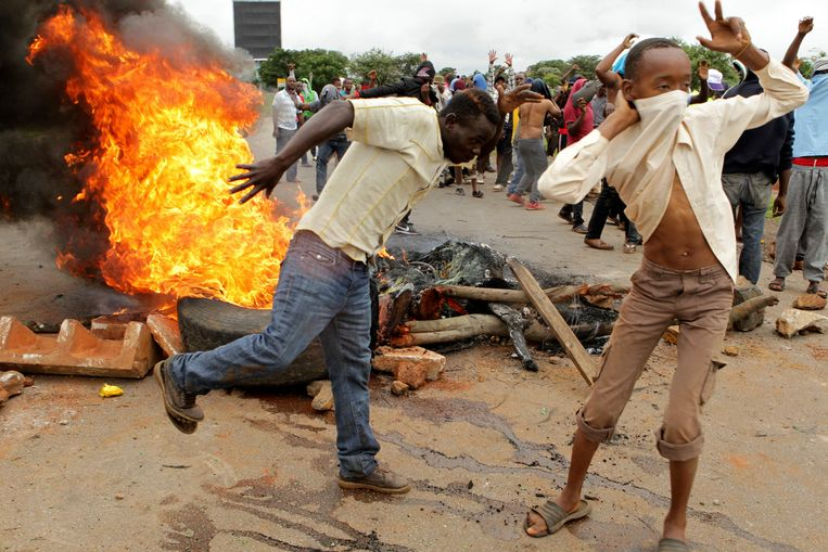 Brandende autobanden tijdens de rellen van vorige week in Harare. Beeld AP