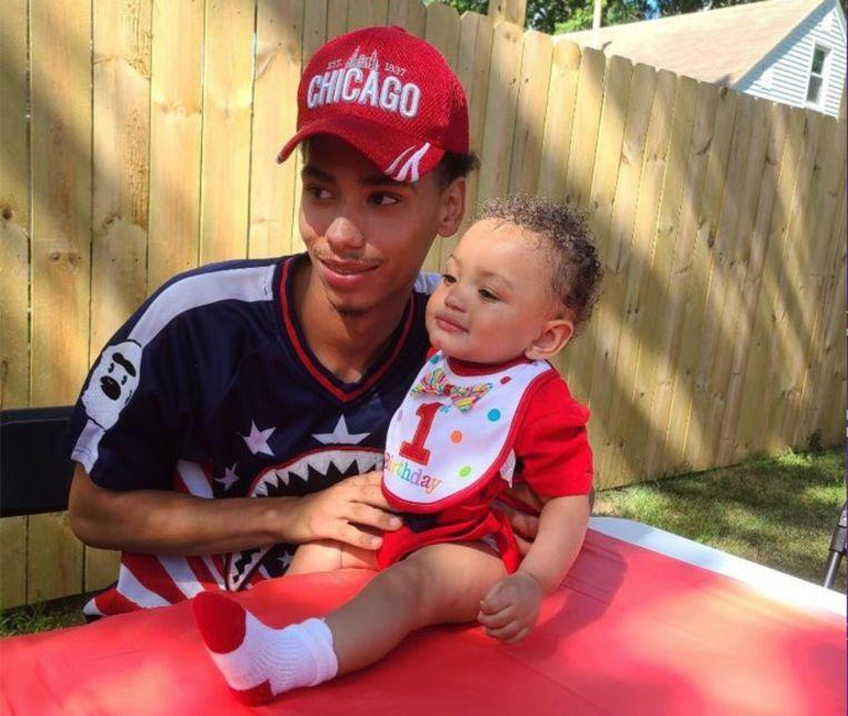 De zondag doodgeschoten Daunte Demetrius Wright (20) met zijn zoontje Daunte junior. Beeld Twitter