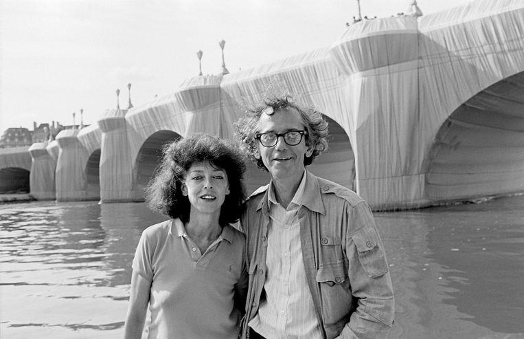 Christo and Jeanne-Claude bij de ingepakte Pont Neuf. Beeld