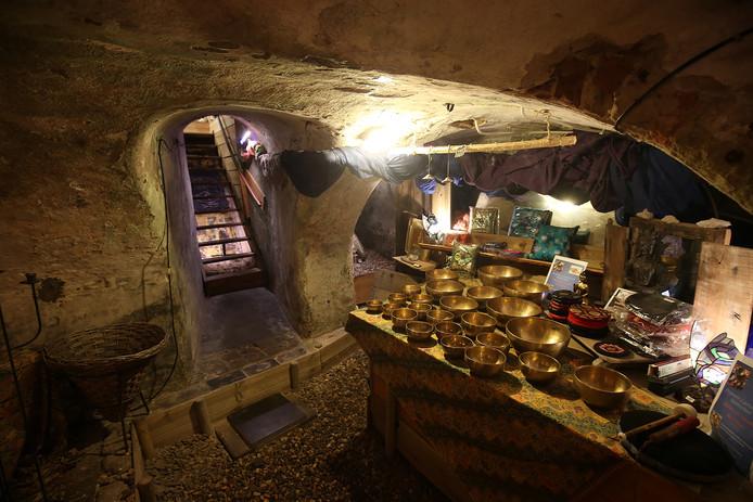De afdeling klankschalen in de kelder van BIJONSkado. Foto Theo Kock