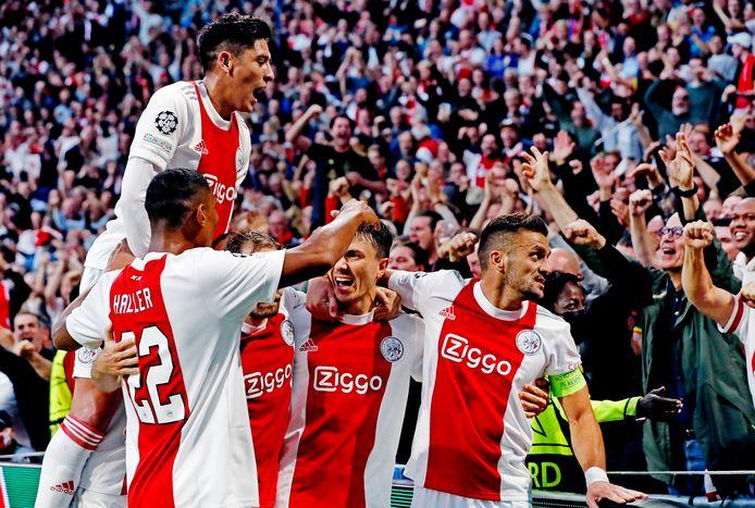 Ajax viert de 1-0.