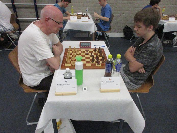 Geert van Hoorn (zwart), die in een bizarre slotfase Bart Piet Mulder versloeg.