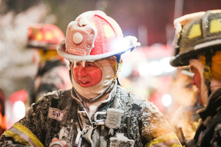 Brandweermannen hebben een klein beetje geluk: zij kunnen zich verwarmen aan de vlammen.