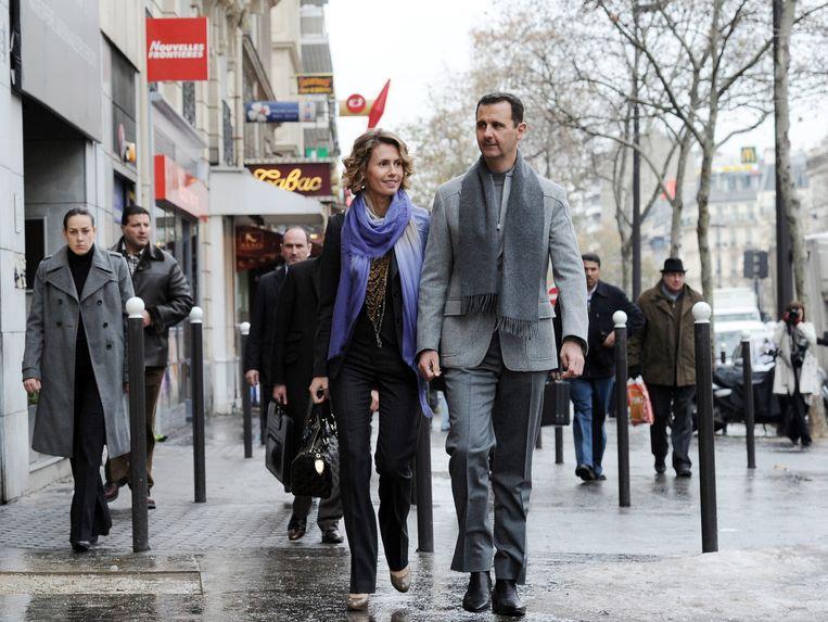 De Syrische president Bashar al-Assad kon vijf jaar geleden, in december 2010, nog gewoon met zijn vrouw Asma winkelen in Parijs. Nu doet de de Franse overheid onderzoek naar zijn misdaden. Beeld afp
