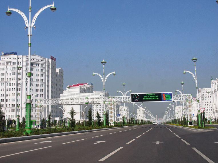Een hoofdweg in het Turkmeense Asjchabad.'Lang leve het neutrale Turkmenistan', staat er op het bord. Beeld rv Erika Fatland