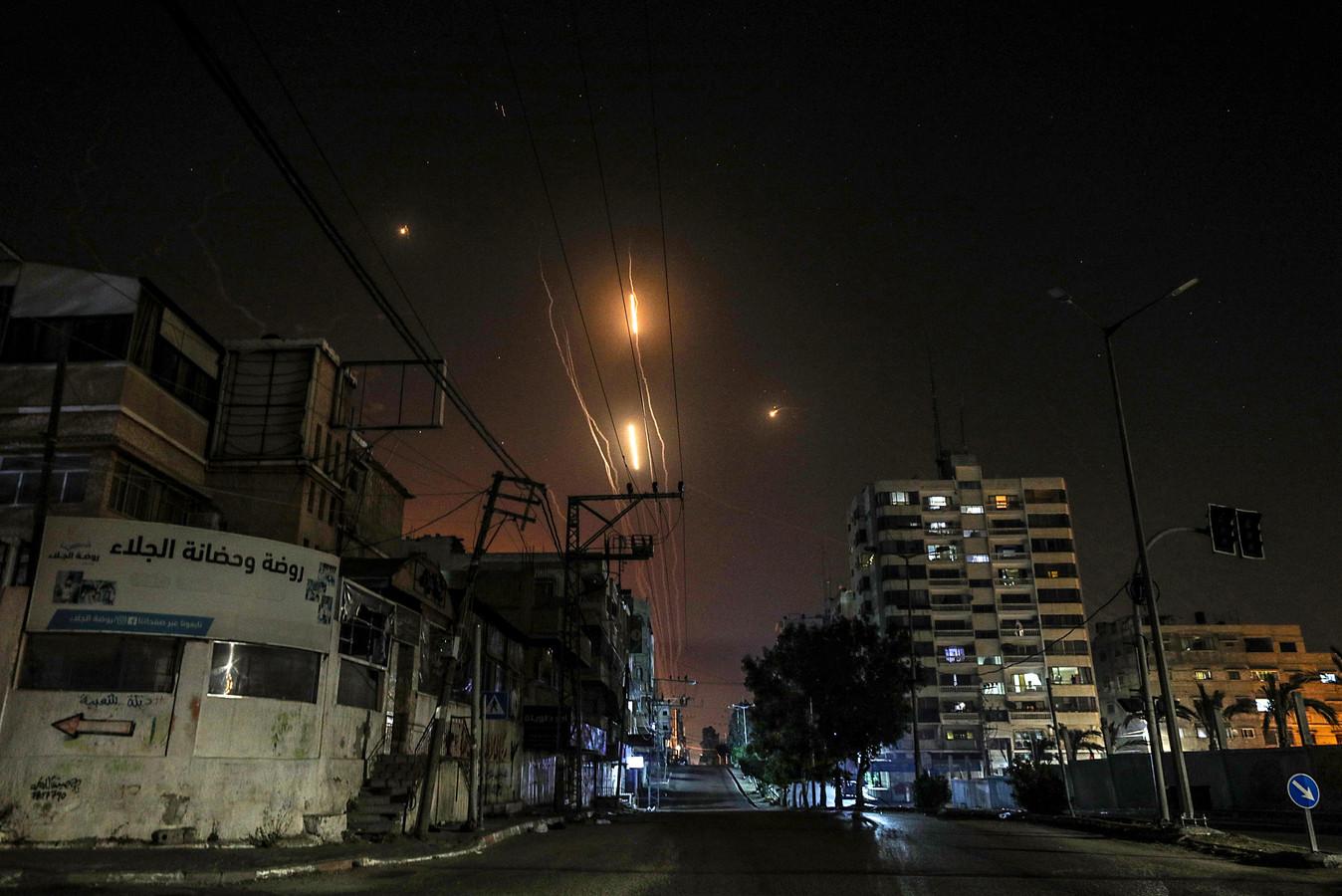 Raketten worden vanuit Gaza-stad afgevuurd naar Israël.