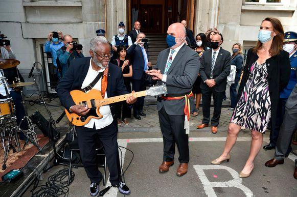 Na een ceremonie met een muzikaal intermezzo, een gedicht onder de vorm van slam poetry en speeches van burgemeester Doulkeridis (Ecolo) en premier Wilmès onthulden ze samen de nieuwe gedenkplaat.