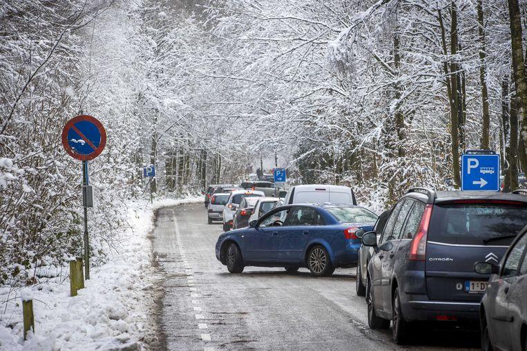 In het Limburgse Vaals viel vorige week al een dun laagje sneeuw wat meteen tot grote files op de toegangswegen leidde.  Beeld ANP
