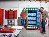 Kunstenaars Job en Gijs schilderen de muur voor een sprookjeshuis