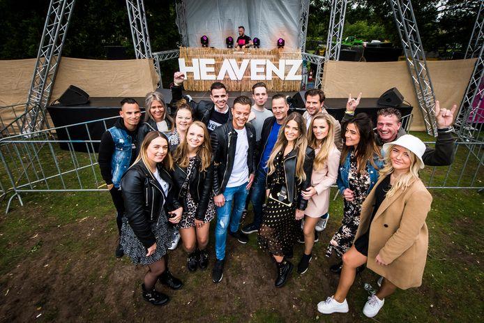 Een groep collega's poseert even tijdens de tweede editie van het Heavenz Festival in het Schelfhorstpark in Almelo.