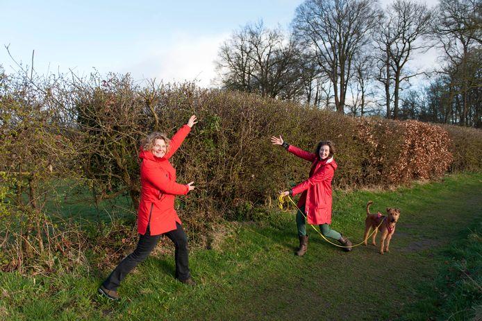 Vrijwilligers Jantine Schinkelshoek en Jet Nieboer bij een grote heg.  Inmiddels hebben ze al meer dan 10 kilometer aan heggen aangelegd in Nederland.