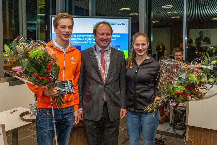 Rogier Dorsman, burgemeester Hein van der Loo en Chantalle Zijderveld.