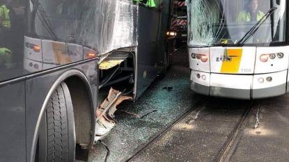 Bestuurders gewond na botsing tussen tram en bus