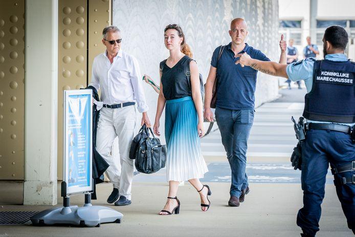 De advocaten van het kantoor Ficq & Partners Advocaten bij aankomst bij de beveiligde rechtbank op Schiphol.