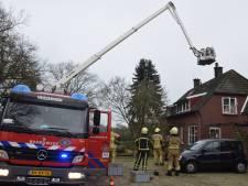 Brandweer in actie met hoogwerker bij schoorsteenbrand in Hoge Hexel
