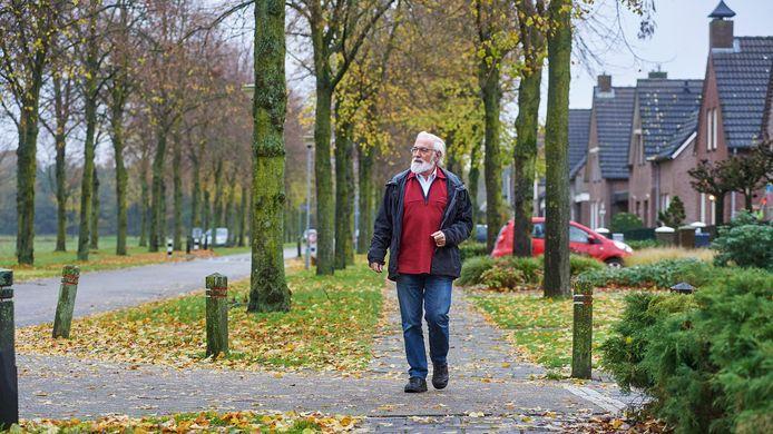 Peter Raymakers van de Stichting Bomen Boekel op de Biezen te Venhorst toen er nog vier rijen lindebomen stonden.