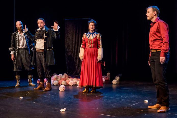 Theatergroep Drie Maal Plankenkoorts bracht eerder een eigentijdse versie van Cyrano in De Kring. Met rechts Ad Paantjens als Cyrano.